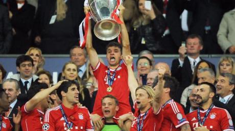 Manuel Neuer stemmt bei der Siegerehrung den Pokal samt Thomas Müller.