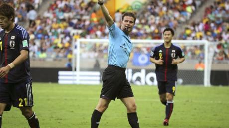 Felix Brych (M) durfte beim Confed-Cup-Finale nicht pfeifen, war aber als 4. Offizieller im Einsatz.