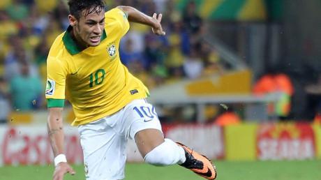 Brasiliens Fußballstar Neymar wird am Hals operiert.