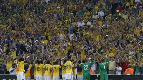 Die Brasilianer lassen sich von ihren Fans feiern.