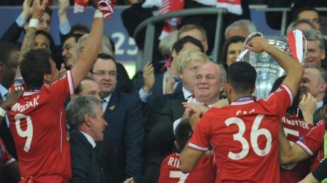Uli Hoeneß wollte sich beim Bayern-Rausch nicht in den Mittelpunkt rücken lassen. foto: Andreas Gebert