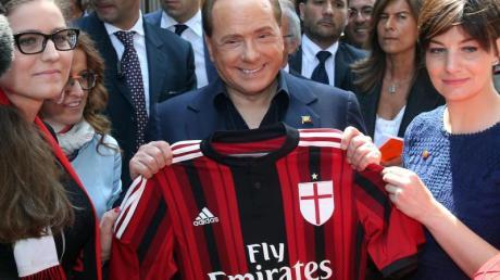 Die Investorengruppe Sino Europe Sports kauft den AC Mailand von Silvio Berlusconis Familienholding Fininvest.