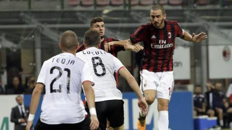 Leonardo Bonucci (r) will mit dem AC Mailand an die Spitze der Serie A.