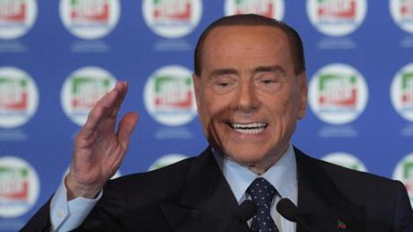 Der 81-jährige Silvio Berlusconi darf zwar derzeit keine politischen Ämter mehr übernehmen – in seiner Rolle als Strippenzieher läuft er jedoch fast wieder zu alter Hochform auf.