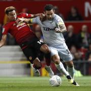 Jesse Lingard (l) von Manchester United und Derby Countys Bradley Johnson kämpfen um den Ball. Foto:Martin Rickett/PA Wire
