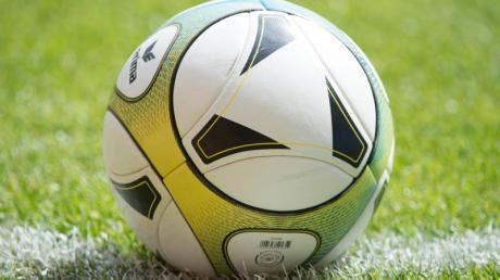 Ein 19-Jähriger hat sich bei einem Fußballspiel in Hohenaltheim schwer verletzt.
