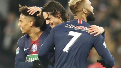 PSG-Spieler Edinson Cavani (M) freut sich mit Thilo Kehrer (l) und Eric Maxim Choupo-Moting über sein Tor gegen Straßburg.