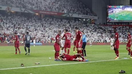 Schuhe und Flaschen wurden von den Fans der Vereinigten Arabischen Emirate auf das Spielfeld geworfen. Foto: Hassan Ammar/AP/dpa