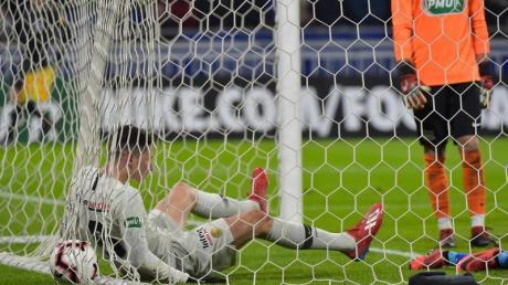 Julian Draxler liegt nach seinem Tor für Paris Saint-Germain zum 1:0 gegen den FC Villefranche mit dem Ball im Tor.