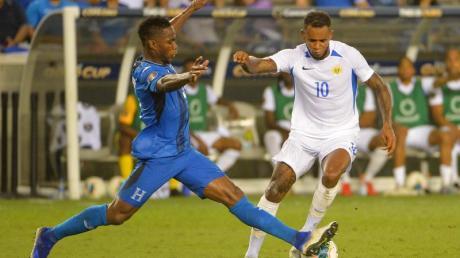 Maynor Figueroa (l) aus Honduras gegen Curacao-Spieler Leandro Bacuna. Foto: Kevin Langley/CSM via ZUMA Wire