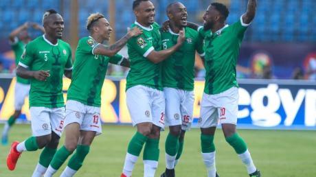 Madagaskars Ibrahim Amada (2.v.r.) feiert mit seinen Kollegen das erste Tor seiner Mannschaft.