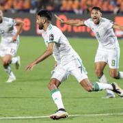 Riyad Mahrez (M) schoss Algerien ins Finale des Afrika-Cups. Foto: Oliver Weiken