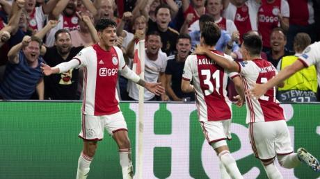 Ajax-Spieler Edson Alvarez (l) jubelt mit seinen Mitspielern über sein Tor zum 1:0 gegen APOEL Nikosia.