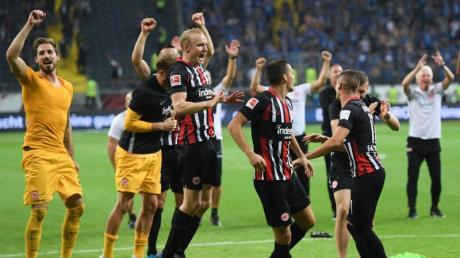 Die Frankfurter Spieler feiern den Einzug in die Europa League. Foto: Arne Dedert