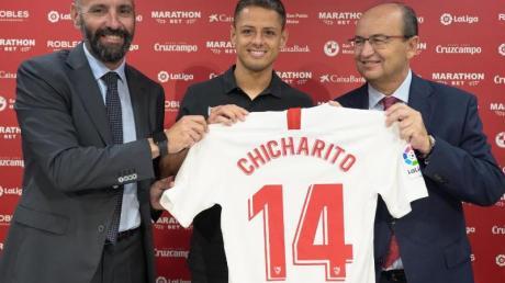 Javier «Chicharito» Hernandez (M) wird beim FC Sevilla präsentiert. Foto: ---/FC Sevilla