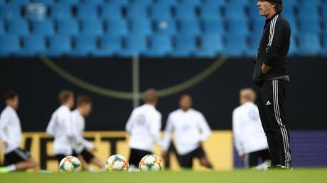 Ließ das DFB-Team im Volksparkstadion ohne Leon Goretzka trainieren: Bundestrainer Joachim Löw. Foto:Christian Charisius