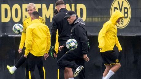 Trainer Lucien Favre (vorn) nimmt am Abschlusstraining teil. Der BVB rechnet sich durchaus Chancen gegen den FC Barcelona aus. Foto:Bernd Thissen