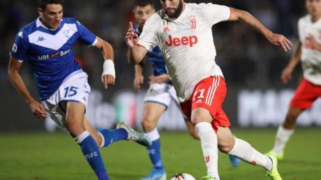 Gonzalo Higuain von Juventus und Andrea Cistana (l) von Brescia Calcio kämpfen um den Ball. Foto: Jonathan Moscrop/CSM via ZUMA Wire