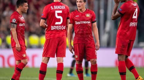 Die Leverkusener Charles Aranguiz (l-r), Sven Bender, Julian Baumgartlinger und Jonathan Tah zeigen sich unzufrieden. Foto: Marius Becker/dpa