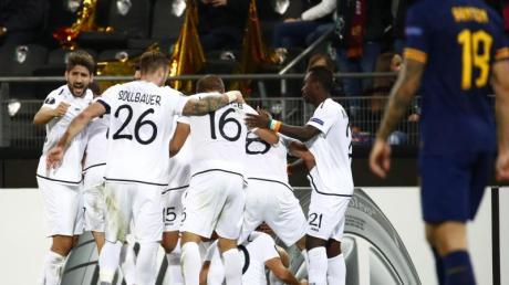 Der Wolfsberger AC feiert das 1:1 gegen AS Rom wie ein Sieg. Foto: Erwin Scheriau/APA/dpa