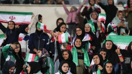 Erstmals in der Geschichte des Iran sollen auch iranische Frauen Tickets für ein Fußballspiel kaufen können.