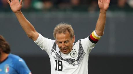 Erzielte für die All-Stars des DFB das 2:0 gegen Italien: Jürgen Klinsmann (r) jubelt über seinen Treffer. Foto: Daniel Karmann/dpa