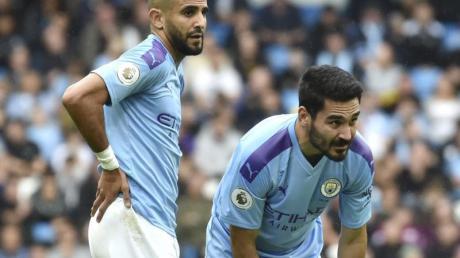 Liegt mit Manchester City bereits acht Punkte hinter dem FC Liverpool zurück: Ilkay Gündogan (r) mit seinem Teamkollegen Riyad Mahrez.