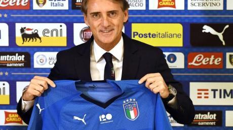 Italiens Trainer Roberto Mancini bevorzugt Azurblau: «Ich bin old fashion». Foto: Claudio Giovannini/ANSA/AP/dpa