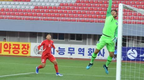 (Fast) Menschleer: Das WM-Qualispiel Süd- gegen Nordkorea fand vor leeren Rängen statt. Foto: -/YNA/dpa