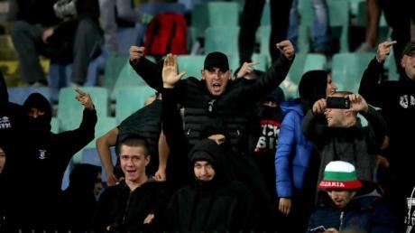 Bulgarische Fans fielen mit rassistischen Parolen auf. Foto: Nick Potts/PA Wire/dpa