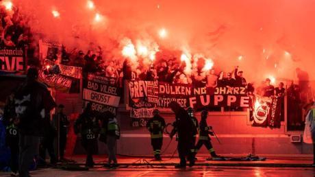 Gladbacher Fans brannten im Olympiastadion von Rom Bengalos ab. Foto: Marius Becker/dpa