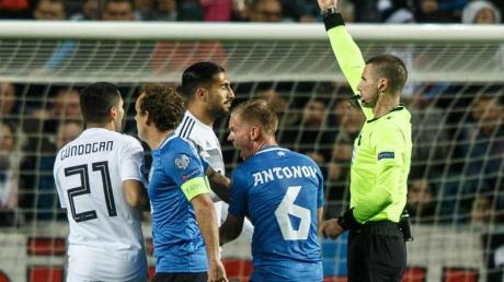 Emre Can (M) sah im Spiel gegen Estland die Rote Karte. Foto: Raul Mee/AP/dpa