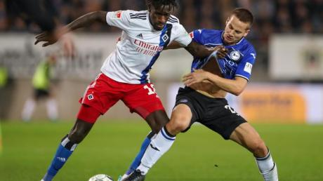 Bakery Jatta (l) spielt in der 2. Liga für den Hamburger SV. Foto: Friso Gentsch/dpa