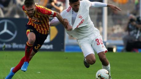 Lecces Zan Majer (l) und Turins Rodrigo Bentancur kämpfen um den Ball. Foto: Donato Fasano/Lapresse/Lapresse via ZUMA Press/dpa
