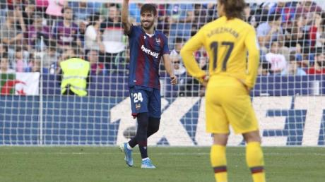 Levantes Jose Campana (l) bejubelt das erste Tor, Barcelonas Antoine Griezmann reagiert enttäuscht. Foto: Alberto Saiz/AP/dpa