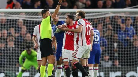 Schiedsrichter Gianluca Rocchi zeigt Daley Blind (r) von Ajax Amsterdam die Rote Karte. Foto: Paul Terry/CSM via ZUMA Wire/dpa