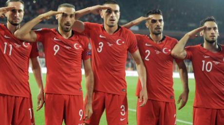 Die türkischen Spieler zeigten nach dem 1:0-Sieg gegen Albanien den Militärgruß.