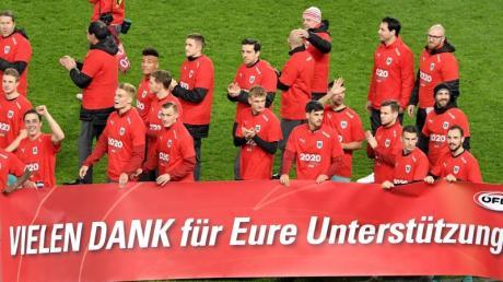 Die Österreicher feiern die EM-Qualifikation nach Ende des Spieles und bedanken sich bei den Fans. Foto: Roland Schlager/APA/dpa
