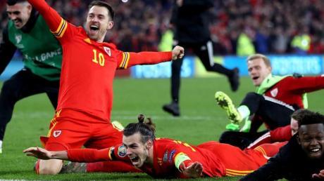 Bei den Madrilenen unten durch: Gareth Bale (M) jubelt mit seinem walisischen Mitspieler Aaron Ramsey (l). Foto: Nick Potts/PA Wire/dpa