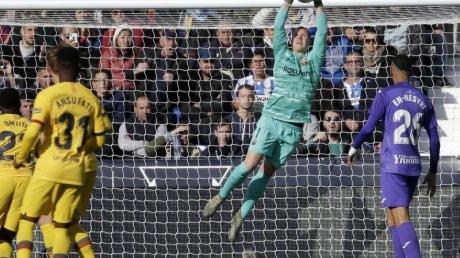 Barcelona-Torhüter Marc-Andre ter Stegen (M) fängt den Ball.