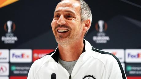 Zeigt sich in London vor dem Spiel gegen den FC Arsenal gutgelaunt: Eintracht-Trainer Adi Hütter.