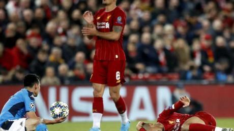 Liverpools Fabinho (l) hat sich im Champions-League-Spiel gegen den SSC Neapel verletzt.