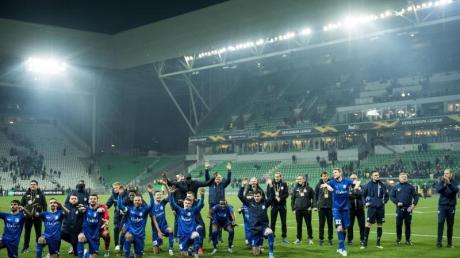 Die Spieler von KAA Gent feiern mit den Fans den Einzug in die Zwischenrunde.