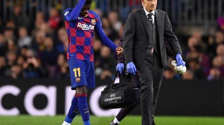 Barcelonas Ousmane Dembélé muss verletzt den Platz verlassen.