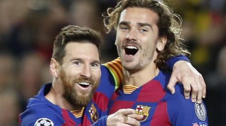 Ließen sich in Madrid von den Schmähungen nicht den Torjubel verderben: Barcelonas Torschütze Lionel Messi (l) mit Antoine Griezmann.