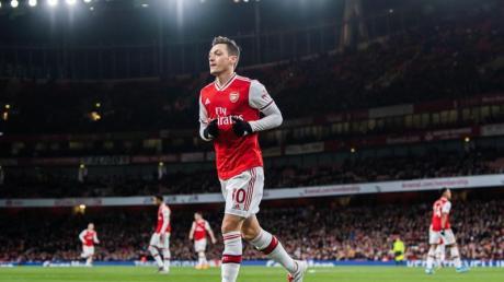 Mesut Özil vom FCArsenal trabt über das Spielfeld: Die Gunners unterliegen daheim Brighton mit 1:2.