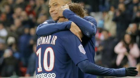 Paris Kylian Mbappe (r) jubelt mit Mannschaftskollege Neymar über seinen Treffer.