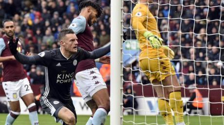 Leicesters Jamie Vardy (l) dreht nach seinem Treffer zum 1:0 jubelnd ab.