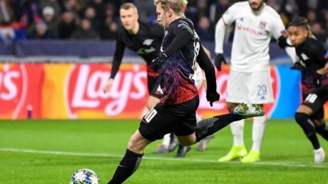 Emil Forsberg trifft per Elfmeter zum 1:0 für RB Leipzig gegen Lyon.