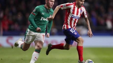 Angel Correa (r) von Atlético Madrid behauptet den Ball gegen Rifat Zhemaletdinov von Lokomotive Moskau.